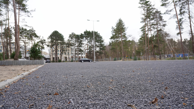 Duży pusty plac parkingowy P4.