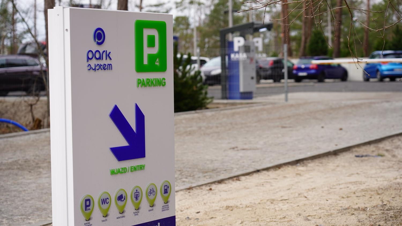 Znak znaczący wjazd na parking P4.